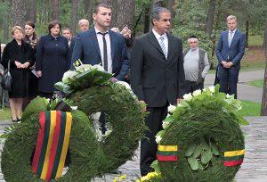 Amiras Maimonas, ambasador Izraela na Litwie, (pierwszy od prawej) złożył wieniec przy Memoriale Ponarskim Fot. Marian Paluszkiewicz