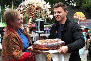 Święto Plonów tradycyjnie rozpoczął korowód dożynkowy, podczas którego dla mer wręczano najlepsze okazy tegorocznych plonów Fot. Marian Paluszkiewicz