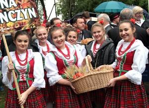 Urocze dziewczęta z Niemenczyna prezentują tegoroczne plony ze swojej gminy Fot. Marian Paluszkiewicz