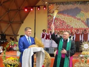 Ksiądz proboszcz Wacław Wołodkowicz poświęcił dożynkowy chleb ze zbiorów najlepszego rolnika rejonu Fot. Anna Pieszko