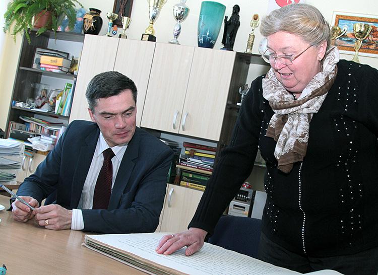 Dyrektor szkoły Tadeusz Grygorowicz oraz wicedyrektor Irena Karpavičienė zainicjowali powstanie galerii fotograficznej wszystkich absolwentów szkoły Fot. Marian Paluszkiewicz