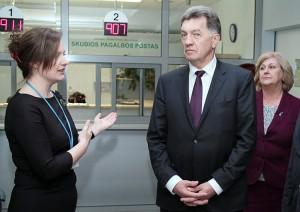 Bożena Markiewicz opowiada premierowi Algirdasovi Butkevičiusowi o zmianach, które zaszły w szpitalu Fot. Marian Paluszkiewicz