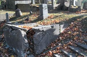 W następnym roku planowane jest rozpoczęcie prac odnowy grobu Edwarda Lewaud-Jezierskiego (1832-1902) Fot. Marian Paluszkiewicz