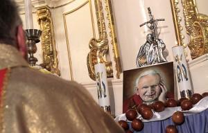 Relikwiarz umieszczony na ołtarzu Matki Bożej otoczonym dużym różańcem Fot. Marian Paluszkiewicz