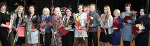 Kwiaty i nagrody dla nauczycieli języków obcych — język angielski i rosyjski maturzyści składali najlepiej Fot. Marian Paluszkiewicz