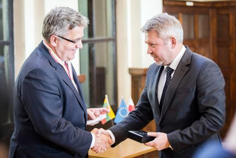 Bronisław Komorowski i Antanas Vagonis podczas uroczystości nadania tytułu honorowego obywatela Ziemi Rakiskiej Fot. zw.lt