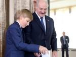 Prezydent Łukaszenka głosował z synem 11-letnim Kolą Fot. EPA-ELTA