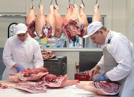 Mięso w halach produkcyjnych jest przygotowywane zgodnie z wymogami unijnymi Fot. Marian Paluszkiewicz