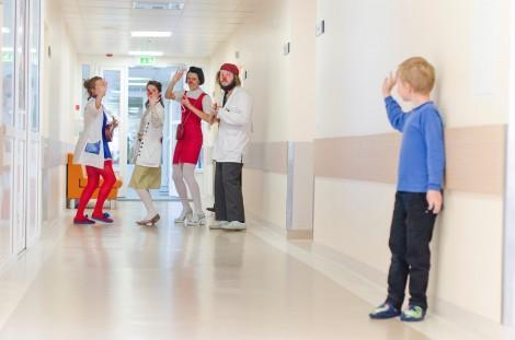 """Dwa razy tygodniowo """"Czerwone nosy"""" odwiedzają dwa szpitale w Wilnie, także regularnie udają się do szpitali w Kownie i Kłajpedzie Fot. Marian Paluszkiewicz"""