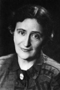 """PHOTO: ANDRZEJ SZYPOWSKI/EAST NEWS Kazimiera """"Illa"""" Illakowiczowna, lata 50. KAZIMIERA ILLAKOWICZOWNA - POLISH POET, PROSAIST, DRAMATIST AND TRANSLATOR. Kazimiera Illakowiczowna, Illa (1892-1983) - polska poetka, prozaik, dramaturg i tlumaczka. W latach 20. pracowala w MSZ, przez 9 lat byla sekretarka Jozefa Pilsudskiego, a po jego smierci znow w MSZ. Przed wojna odbyla dwuletnie odbyla tournee po Europie z wykladem o marszalku Pilsudskim. Ewakuowala sie do Rumunii, gdzie spedzila wojne. W 1947 wrocila do Polski i zamieszkala w Poznaniu. Nalezala do najwybitniejszych postaci zycia literackiego Warszawy w dwudziestoleciu miedzywojennym."""