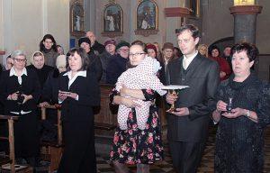 Siostra Olga wraz z rodziną niosą dary ofiarne Fot. Marian Paluszkiewicz