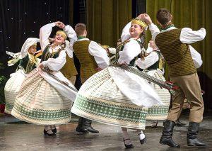 Oberek w wykonaniu tancerzy starszej grupy Fot. Marian Paluszkiewicz