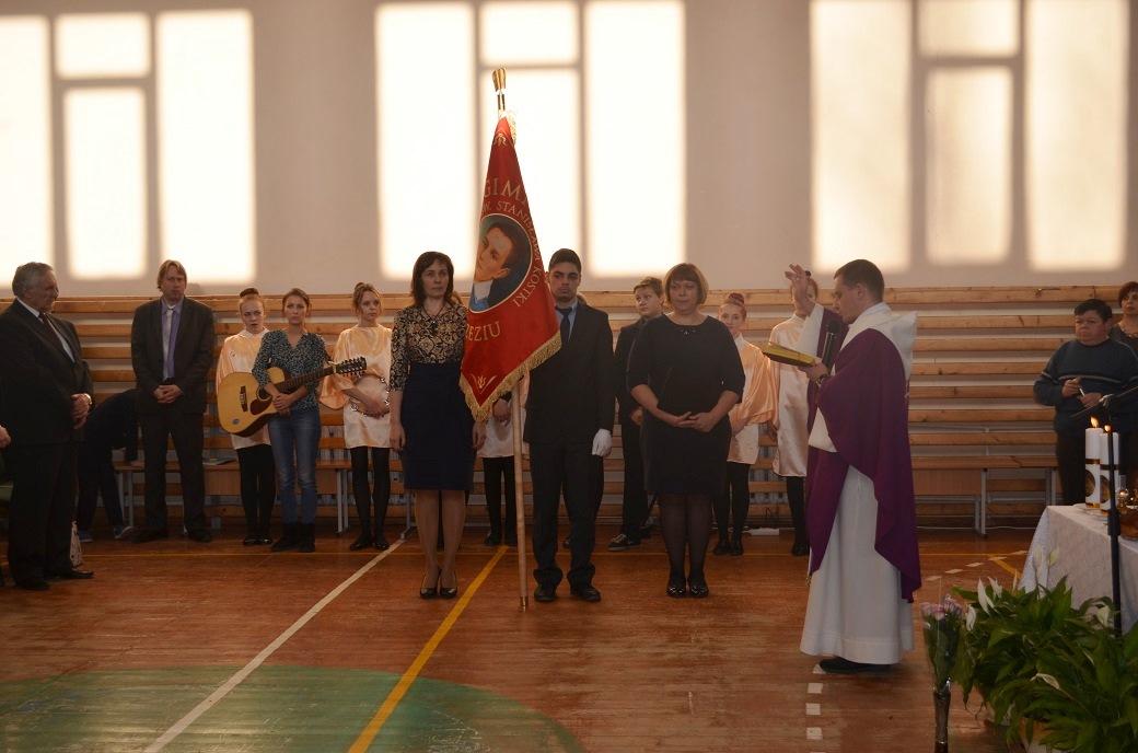 W trakcie nabożeństwa nowy sztandar został poświęcony przez ks. Rusłana Wilkiela