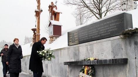 W przededniu 13 stycznia wieńce pod tablicą pamiątkową przy wieży telewizyjnej złożył dyrektor Litewskiego Centrum Radia i Telewizji  Remigijus Šeris Fot. Marian Paluszkiewicz
