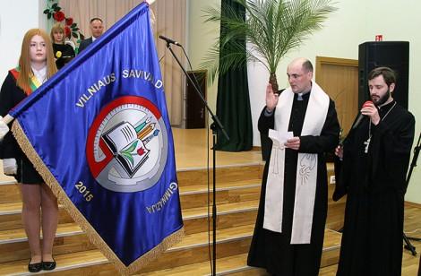 Poświęcenia sztandaru szkoły dokonał ks. Andrzej Andrzejewski z ojcem Konstantinem Fot. Marian Paluszkiewicz