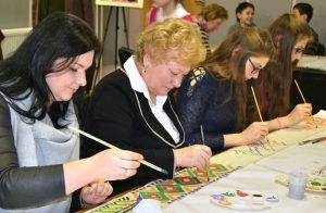 Uczestnicząc w obchodach Dnia Odrodzenia Państwa Litewskiego mer rejonu wileńskiego Maria Rekść wraz z uczniami tworzyła wzory na wstęgach ludowych w Rudominie