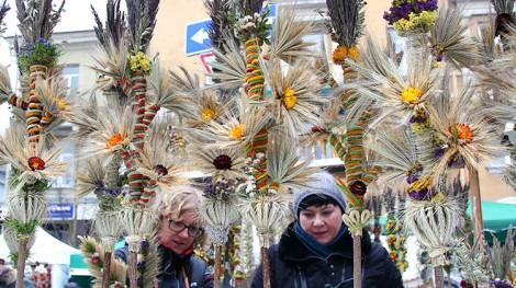 Królową jarmarku była jak zawsze wykonana z naturalnych, suszonych i farbowanych kwiatów barwna i niepowtarzalna palma Fot. Marian Paluszkiewicz