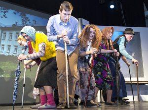 Uczniowie Gimnazjum im. Ignacego Kraszewskiego zaprezentowali humorystyczne scenki Fot. Marian Paluszkiewicz