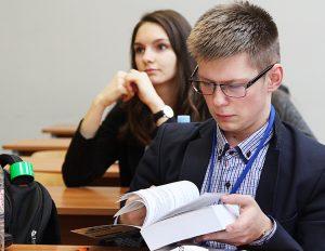 Uczniowie mogli wybierać spośród 6 tematów prac pisemnych Fot. Marian Paluszkiewicz
