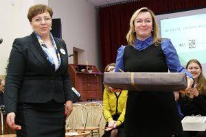 Laptop — nagrodę dla zwyciężczyni z rąk Renaty Cytackiej odebrała nauczycielka Łucja Minowicz Fot. Marian Paluszkiewicz