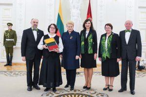 """Przedstawiciele chóru """"Pagiriu dainoriai"""" na imprezie """"Dzień 16 lutego świętuj pomysłowo i wesoło"""" wspólnie z prezydent Dalią Grybauskaitė"""