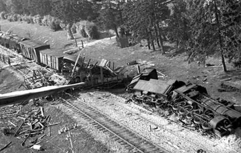 Pociąg niemiecki wykolejony w czasie II wojny światowej przez partyzantów w okolicach Rudziszek Fot.archiwum