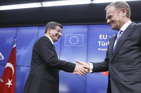 Premier Turcji Ahmet Davutoglu (od lewej) i przewodniczący Rady Europejskiej Donald Tusk Fot. EPA-ELTA