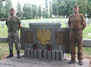 W polskiej części cmentarza wojskowego najczęściej bezimienne i odtworzone krzyże oraz pomnik poświęcony żołnierzom wojska polskiego z lat 1918-1939 Fot. Waldemar Szełkowski