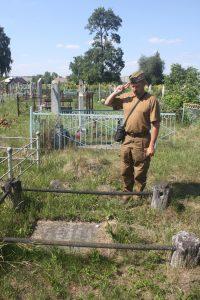 Pan Edward pokazał nieliczne żołnierskie polskie groby, które się zachowały. Tylko tyle Fot. Waldemar Szełkowski