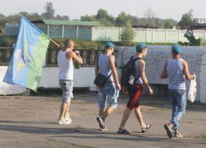 W pasiastych koszulkach desantowców i z flagami WDW (Wojenno Diesantnyje Wojska) paradowała 15-20 letnia młodzież, zapewne z organizacji sportowo-patriotycznych Fot. Waldemar Szełkowski