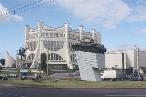 Na miejscu klasztoru bernardynek stoi okazały futurystyczny gmach Grodzieńskiego Obwodowego Teatru Dramatycznego — przez jednych podziwiany, a innych — krytykowany Fot. Waldemar Szełkowski