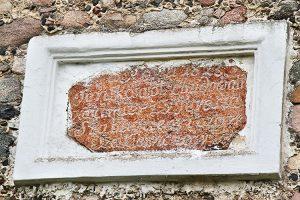 Tablica upamiętniająca fundatora kościoła jest ledwo czytelna Fot. Marian Paluszkiewicz
