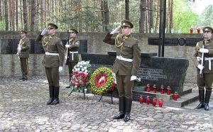 Obok polskiej kwatery w Ponarach przebiega linia kolejowa, którą w latach 1941-1944 dowożono skazańców Fot. Marian Paluszkiewicz