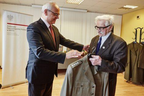 Nowy mundur odbiera prezes Stowarzyszenia Kombatantów Polskich na Litwie Edward Klonowski Fot. Bartosz Frątczak, wilnoteka.lt