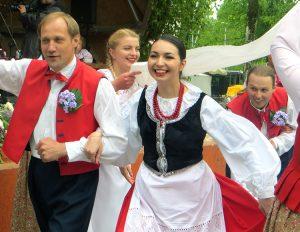 """Żeby przejść przez weselną bramę, trzeba się """"wykupić"""" Fot. Anna Pieszko"""