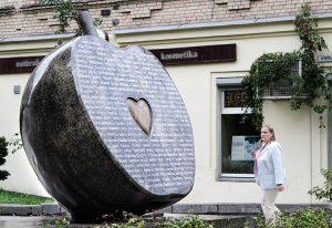 Na skwerze u zbiegu ulic Mindaugo i Vivulskio w 2011 roku odsłonięty został pomnik w kształcie połówki jabłka Fot. Marian Paluszkiewicz