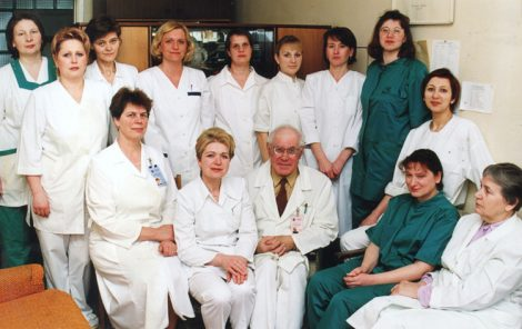 Z całym swym zespołem z Kliniki na Antokolu. Anna pierwsza od lewej, w drugim rzędzie Fot. Z albumu rodzinnego