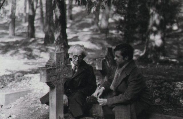 Wacław Łutowicz z ojcem przy grobie dziadka w kwietniu 1975 Fot. z archiwum rodziny Łutowiczów