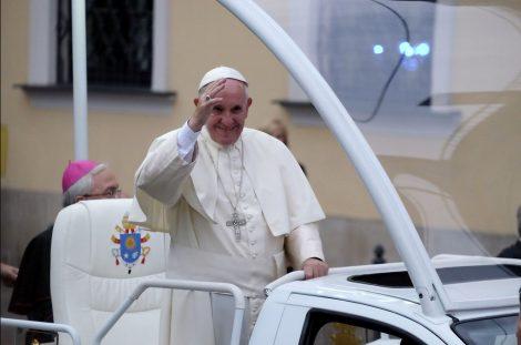 Papież Franciszek przejechał otwartym samochodem między zgromadzonymi na jasnogórskich błoniach wiernymi Fot.facebook.com