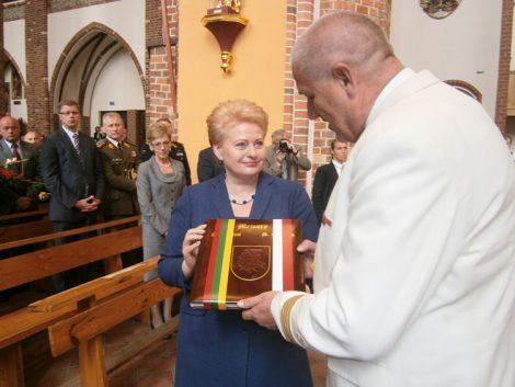 W Katedrze Metropolii Szczecińsko-Kamieńskiej pamiątkowy album nr 1 odbiera prezydent Dalia Grybauskaitė  Fot. Krzysztof Subocz