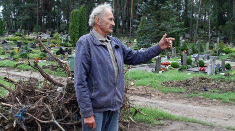 Mieszkaniec Raczkun skarżył się, że cmentarz, którego terytorium właśnie zostało powiększone, przesunął się zbyt blisko do jego domu Fot. Marian Paluszkiewicz