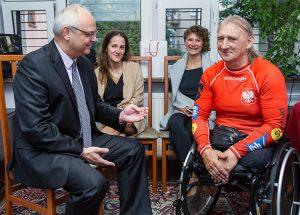 Ambasador RP w Wilnie Jarosław Czubiński wyraził uznanie dla niepełnosprawnego kolarza Fot. Marian Paluszkiewicz