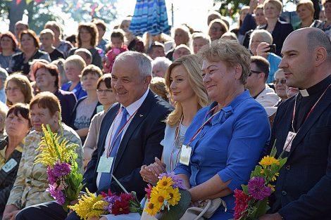 W uroczystości w Kowalczukach wzięli udział dostojni goście wraz z Mer Samorządu Rejonu Wileńskiego Marią Rekść  Fot.L24.lt