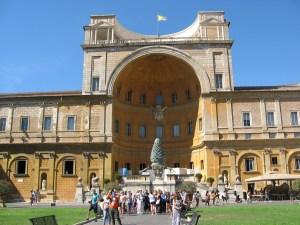 Rzeźba szyszki przy wejściu do Muzeów Watykańskich Fot.Roman Lachowicz