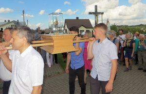 Parafianie wnieśli relikwie do kościoła pw. św. Anny w Jaszunach Fot.Anna Pieszko