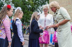 Dyrektor wręczyła dzieciom paszporty pierwszoklasisty oraz plecaki z pełnym wyposażeniem Fot. Marian Paluszkiewicz