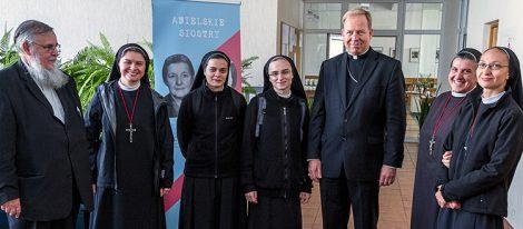 Siostry ze Zgromadzenia Miłosierdzia Bożego z arcybiskupem i rektorem seminarium (od lewej) Fot. Marian Paluszkiewicz