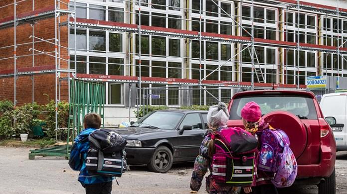 """""""Gdyby nie nasza determinacja, dzieci zostałyby wyrzucone ze swojej szkoły już 5 września, wprost na plac budowy"""" — mówi Renata Cytacka Fot. Marian Paluszkiewicz"""