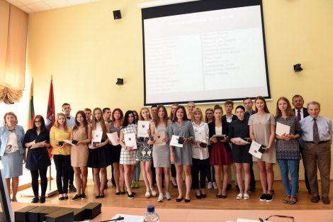 33 najlepsi maturzyści nagrodzeni zostali podczas sierpniowej sesji Rady Samorządu Rejonu Wileńskiego Fot. W. Jusiel