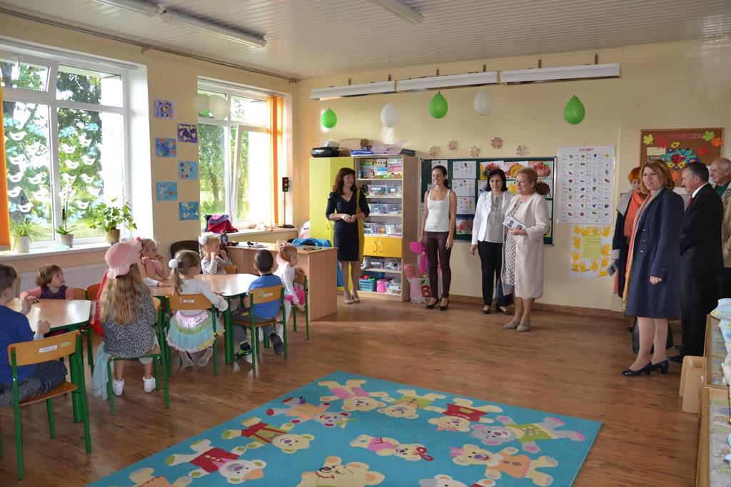 Z odnowionego gmachu cieszy się cała społeczność Szkoły Podstawowej w Kiwiszkach Fot. vrsa.lt